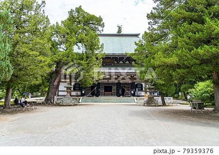 【神奈川県】鎌倉 緑に囲まれた円覚寺の仏殿 79359376