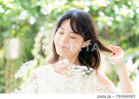 花を持つ女性 79366065