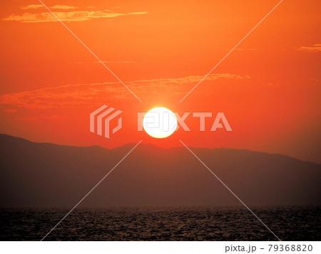さつき松原海岸から眺める大島に沈む太陽 福岡県宗像市江口 79368820