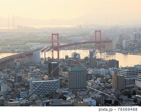 高塔山展望台から眺める朝日に煙る北九州 福岡県北九州市若松区修多羅 79369488