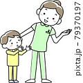 女性看護師と子どもの患者 79370197