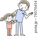 男性看護師と子どもの患者 79370454