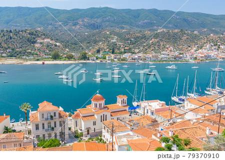 ピレウス港からほど近いポロス島の町並み 79370910
