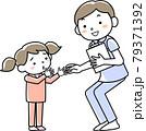 男性看護師と子どもの患者 79371392