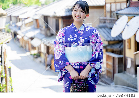 浴衣で京都を観光する女性 79374183