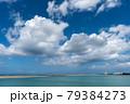 沖縄の海と青い空に浮かぶ綿雲 79384273
