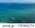 沖縄の青い海に浮かぶ一隻のボート 79384274