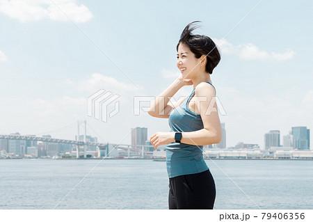 都会で運動をする女性 79406356