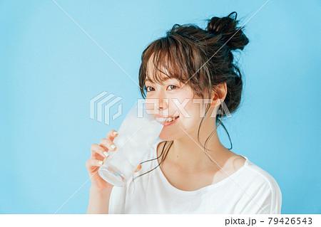 冷たい飲み物を飲む女性 79426543