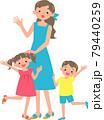 夏服の母親と女の子と男の子 79440259