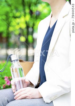 水分補給する女性 79444543