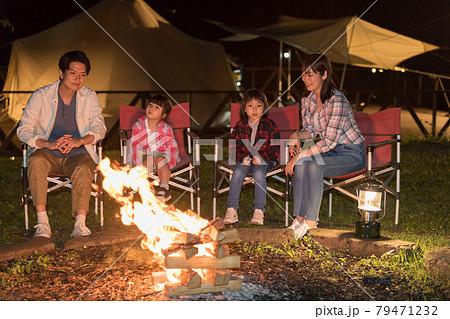 グランピング・キャンプファイヤーを楽しむ家族 79471232