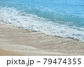 砂浜に打ち寄せる波 79474355