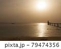 黄昏の夕日に照らされる海と海中展望塔 79474356