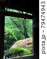 鎌倉報国寺のやぐらと鐘越しに眺める緑あふれる木々 79474943