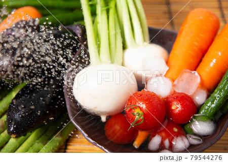 採れたての夏野菜を水洗いするイメージ 79544276