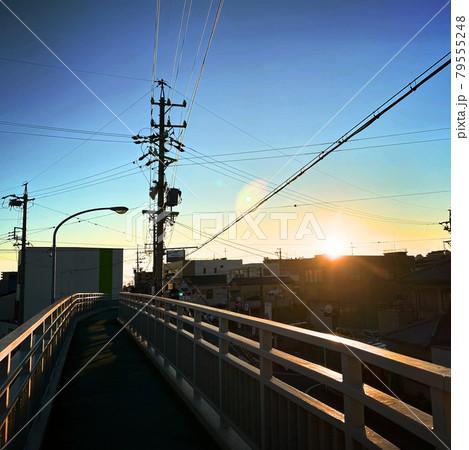 帰り道に歩道橋から見える、夕方の景色 79555248