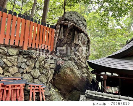 京都・伏見稲荷大社 御劔社と雷石 79567819
