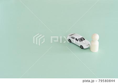 交通事故のイメージ 車と人のおもちゃ 79580844