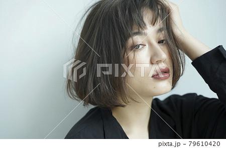 無造作なヘアスタイルの女性 79610420