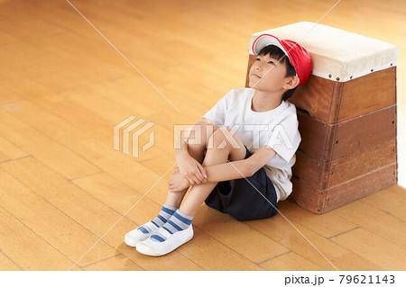 跳び箱にもたれて座る男の子 79621143