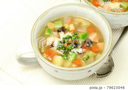 野菜具だくさんの温かスープ、食べるスープ 79623046