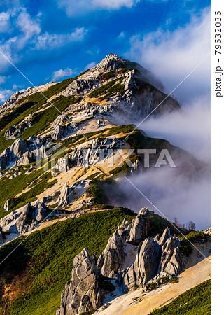 雲を引く燕岳 79632036