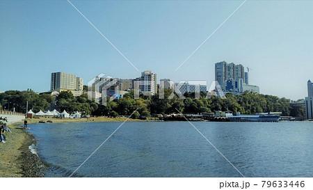 ロシア沿海地方 ウラジオストクの秋の港町 79633446