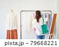 洋服を選ぶ若い女性 ショップ セレクトショップ 洋服 アパレル 79668221