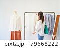 洋服を選ぶ若い女性 ショップ セレクトショップ 洋服 アパレル 79668222