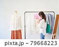 洋服を選ぶ若い女性 ショップ セレクトショップ 洋服 アパレル 79668223