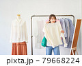 洋服を選ぶ若い女性 ショップ セレクトショップ 洋服 アパレル 79668224
