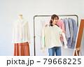 洋服を選ぶ若い女性 ショップ セレクトショップ 洋服 アパレル 79668225
