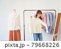洋服を選ぶ若い女性 ショップ セレクトショップ 洋服 アパレル 79668226