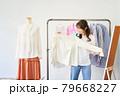 洋服を選ぶ若い女性 ショップ セレクトショップ 洋服 アパレル 79668227