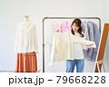 洋服を選ぶ若い女性 ショップ セレクトショップ 洋服 アパレル 79668228