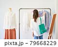 洋服を選ぶ若い女性 ショップ セレクトショップ 洋服 アパレル 79668229