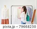 洋服を選ぶ若い女性 ショップ セレクトショップ 洋服 アパレル 79668230