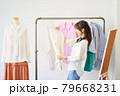 洋服を選ぶ若い女性 ショップ セレクトショップ 洋服 アパレル 79668231