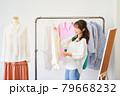 洋服を選ぶ若い女性 ショップ セレクトショップ 洋服 アパレル 79668232