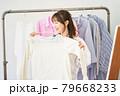 洋服を選ぶ若い女性 ショップ セレクトショップ 洋服 アパレル 79668233