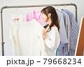 洋服を選ぶ若い女性 ショップ セレクトショップ 洋服 アパレル 79668234