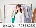 洋服を選ぶ若い女性 ショップ セレクトショップ 洋服 アパレル 79668235