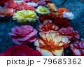 花手水-水に浮かぶカラフルな花 79685362