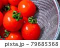 ザルで洗ったばかりの新鮮なプチトマト 79685368