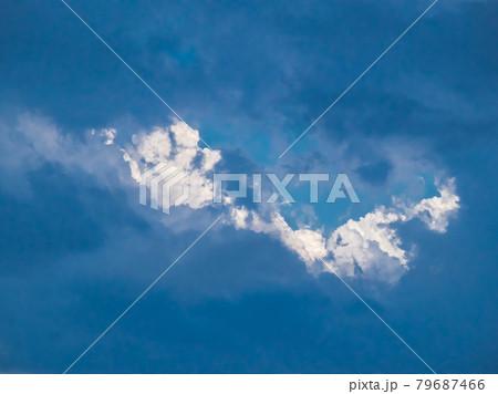 夕立の最中に雲の合間から見えた青空と入道雲 79687466