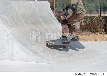 【愛川町スケートパークでスケボーのスロープ練習】 79689351