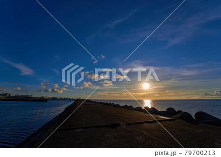 宜野湾マリーナの防波堤で撮影した美しいサンセット 79700213