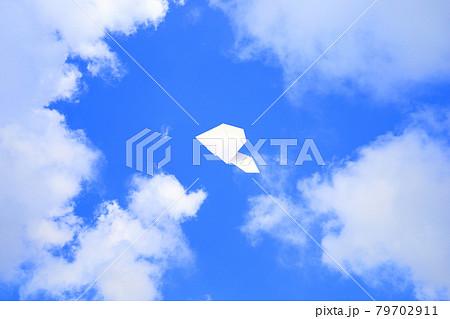 大空を飛ぶ紙飛行機 79702911