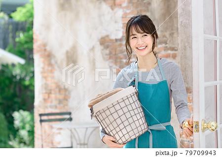 家で家事をするエプロン姿の若い主婦(洗濯) 79709943